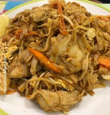 chicken phad Thai dish